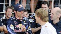 Mark Webber si podává ruku se Sebastianem Vettelem.