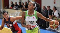 Evropské ligy basketbalistek Frisco Sika Brno - CB Taranto. Vpravo Farhiya Abdiová z Brna, vlevo Michelle Grecová z Taranta.