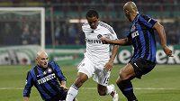 Malouda z Chelsea v souboji mezi Cambiassem a Maiconem z Interu.