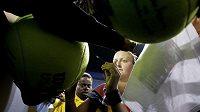 Petra Kvitová se podepisuje fanouškům po výhře nad Ruskou Safinovou