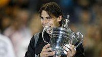 Rafael Nadal pózuje s trofejí pro vítěze US Open