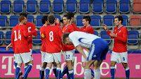 Čeští fotbalisté do 21 let se radují z branky do sítě Finska v přípravném utkání.