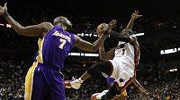 Dwyane Wade (3) střílí koš Lakers.