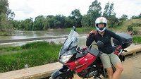 Barbora Špotáková se svým motocyklem v africké divočině.