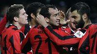Theofanis Gekas (uprostřed) oslavuje se spoluhráči z Frankfurtu gól.