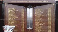 Pamětní desky se jmény obětí fanoušků Liverpoolu, kteří zahynuli při tragédii v Hillsborough