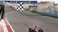 Fernando Alonso projíždí cílem Velké ceny Bahrajnu.