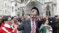 Ředitel klubu Martin Broughton se zdraví s fanouškem Liverpoolu před soudním jednání.