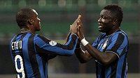 Sulley Muntari (vpravo) a Samuel Eto'o z Interu oslavují branku proti Catanii