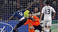 Gólman Chelsea Petr Čech čelí Eto'ovi z Interu.