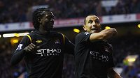 Emmanuel Adebayor (vlevo) a Martin Petrov z Manchesteru City se radují z branky.