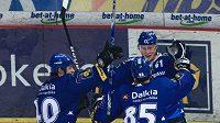 Hokejisté Vítkovic oslavují branku na Spartě
