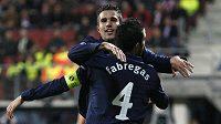 Fotbalisté Arsenalu Robin van Persie (vlevo) a Cesc Fabregas se radují z branky.