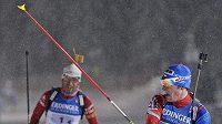 Biatlonista Michal Šlesingr (vpravo) se raduje po vítězném spurtu nad Norem Ole Einarem Björndalenem.