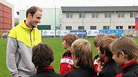 Roman Hubník s malými fotbalisty