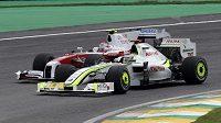 Jenson Button před Japoncem Kobajašim během VC Brazílie
