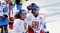 Petr Čajánek (vpravo) se raduje s Jaromírem Jágrem z vítězného gólu proti Finsku.