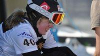 Bolest ve tváři Kláry Koukalové. Česká snowboardcrossařka si při kvalifikaci na finále SP zlomila pravou nohu.