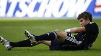 Gólman Fabian Giefer skončil po srážce s otřesem mozku na trávníku.