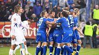 Fotbalisté Baníku Ostrava se radují z branky, kterou vstřelili do sítě Kladna. V závěrečných dvou zápasech by jich ale museli nastřílet o pět víc než Sparta, aby v případě bodové rovnosti získali titul.