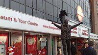 Socha bývalého manažera Liverpoolu Shanklyho před stadionem Anfield Road