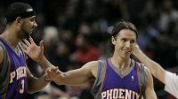 Vítězná gesta basketbalistů Phoenixu Steva Nashe (vpravo) a Jareda Dudleyho při utkání s Portlandem.