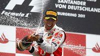 Lewis Hamilton takhle slavil v Německu. Chce přidat další triumfy.