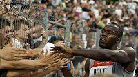 Usain Bolt se zdraví s fanoušky