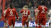 Fotbalisté Bayernu Mnichov smutně odcházejí do kabin po remíze se Schalke.