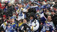 Fanoušci hokejistů Brna při zápase na plochodrážním stadionu v Pardubicích