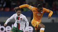 Didier Drogba z Pobřeží slonoviny (vpravo) zpracovává míč před Portugalcem Pedrem Mendesem.