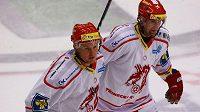 Hokejisté Třince Martin Adamský (vlevo) a Jan Peterek