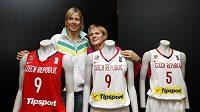 České basketbalistky Hana Horáková (vpravo) a Ivana Večeřová s novými dresy národního týmu