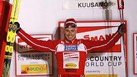 Norský lyžař Ola Vigen Hattestad oslavuje vítězství ve sprintu v Kuusamu
