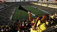 Nenáviděná trubka vuvuzela v rukou jihoafrického fanouška. Ilustrační foto