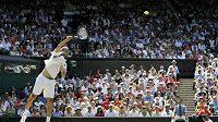 Chorvatský tenista Ivo Karlovič podává během čtvrtfinále Wimbledonu proti Rogeru Federerovi ze Švýcarska