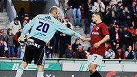 Sparťan Libor Sionko se zdraví s olomouckým brankářem Tomášem Lovásikem, jemuž dal dva góly.