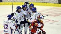 Hokejisté Kladna se radují z gólu do sítě Slavie (ilustrační foto)