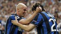 Diegoe Milito (vpravo) z Interu Milán slaví svůj gól se soluhráčem Cambiassem - ilustrační foto.