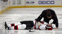 Patrik Eliáš leží bezmocně na ledě po ataku obránce Colorada Ryana Wilsona.