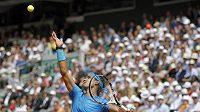 Rafael Nadal během zápasu s Američanem Isnerem na French Open