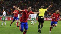 Španěl David Villa oslavuje svou trefu za záda Portugalce Eduarda.