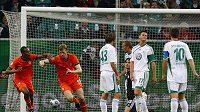 Per Mertesacker z Werderu Brémy (druhý zleva) se raduje z branky do sítě Wolfsburgu během Superpoháru.