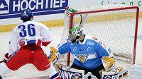 Petr Čáslava se snaží překonat finského brankáře Tarkkiho.