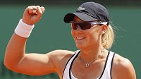 Australská tenistka Samantha Stosurová se raduje z postupu do semifinále Roland Garros po vítězství nad Soranou Cirsteaovou z Rumunska.