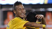Brazilský talent Neymar (vlevo) oslavuje svůj premiérový reprezentační gól v přátelském utkání proti USA.