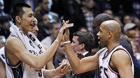 Basketbalisté New Jersey se radují z vydřeného vítězství.