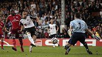 Bobby Zamora z Fulhamu (uprostřed) prostřeluje gólmana Hamburku Franka Rosta v odvetě semifinále Evropské ligy.