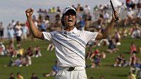 Americký golfista jihokorejského původu Kevin Na se raduje z vítězství v Las Vegas.