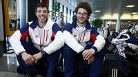 Snowboardisté David Bakeš (vlevo) a Michal Novotný na ruzyňském letišti před odletem na OH do Vancouveru.